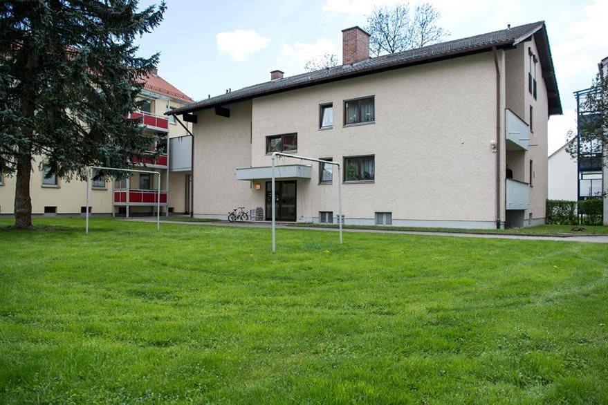 Vista del condominio en Rosenheim. Desde el segundo nivel la madre de la joven discapacitada se lanzó al intentar suicidarse. (Foto Prensa Libre: AFP).