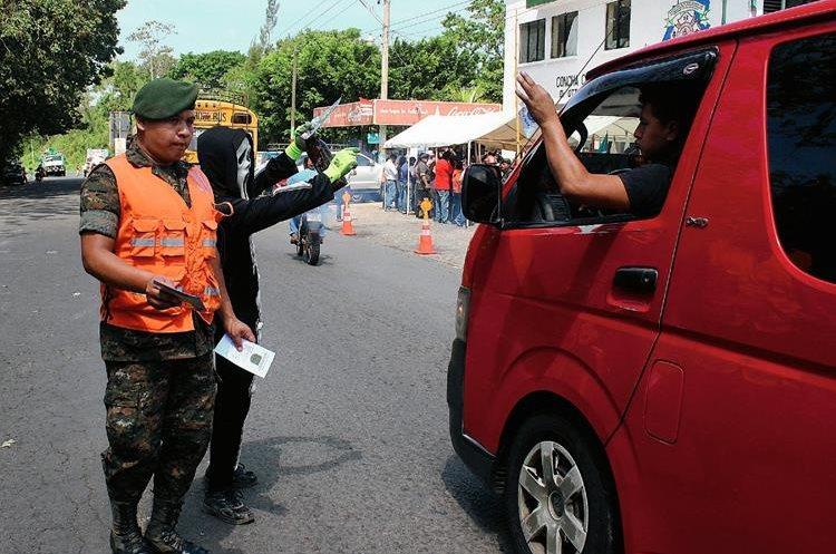 Las autoridades  buscan disminuir los accidentes de tránsito en la ruta al suroccidente. (Foto Prensa Libre: Aléxander Coyoy)