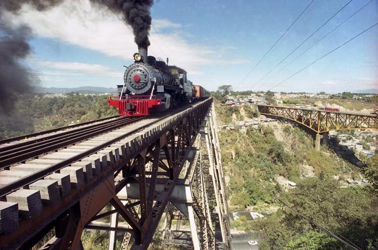 La vieja locomotora pasa por el puente de Las Vacas a finales de la década de 1990. (Foto: Hemeroteca PL)