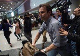 Rupert Wingfield-Hayes, periodista de la BBC abandona Corea del Norte ante la vista de decenas de colegas. (Foto Prensa Libre: AFP).