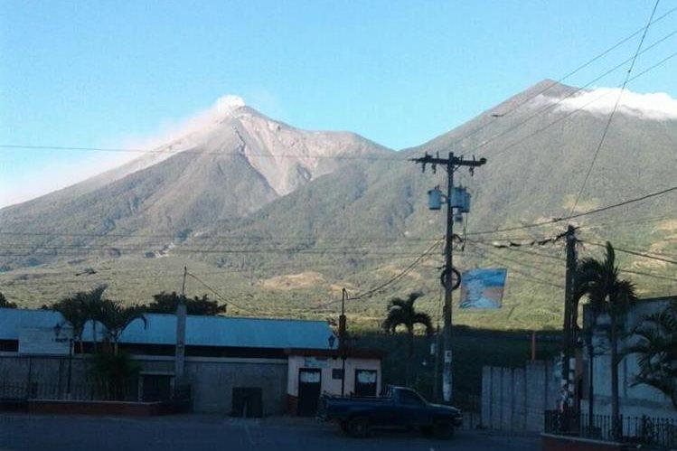 Volcán de Fuego se mantiene en actividad desde la noche del martes último. (Foto Prensa Libre: Conred)