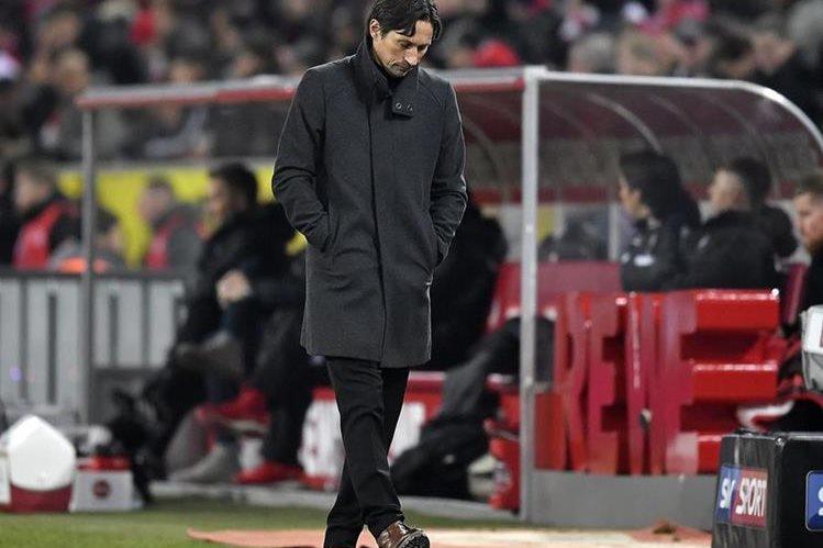 Roger Shmidt luce pensativo durante el juego contra el Dortmund. (Foto Prensa Libre: AP)
