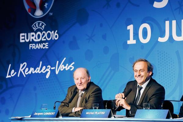 El Presidente de la UEFA, Michel Platini y  el presidente de la organización de la Eurocopa 2016, Jacques Lambert durante la conferencia de prensa de este miércoles. (Foto Prensa Libre: AFP)