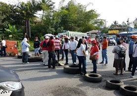 Salubristas protestan en el kilómetro 244 en Morales, Izabal. (Foto Prensa Libre: Dony Stewart)
