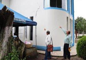 Personal del centro de Salud señala los daños que han dejado los terremotos y sismos. (Foto Prensa Libre: Whitmer Barrera)