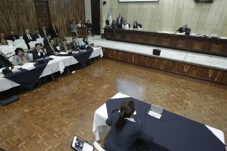 Roxana Baldetti se dirige al juez Miguel Ángel Gálvez, durante la audiencia en la Sala de Vistas de la CSJ. (Foto Prensa Libre: Edwin Bercián)