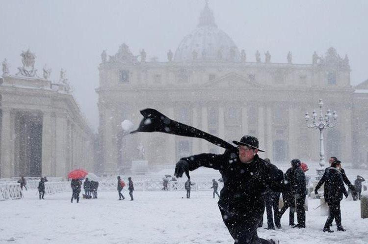Hasta los sacerdotes se tomaron el tiempo para hacer una guerra de nieve en el Vaticano. REUTERS