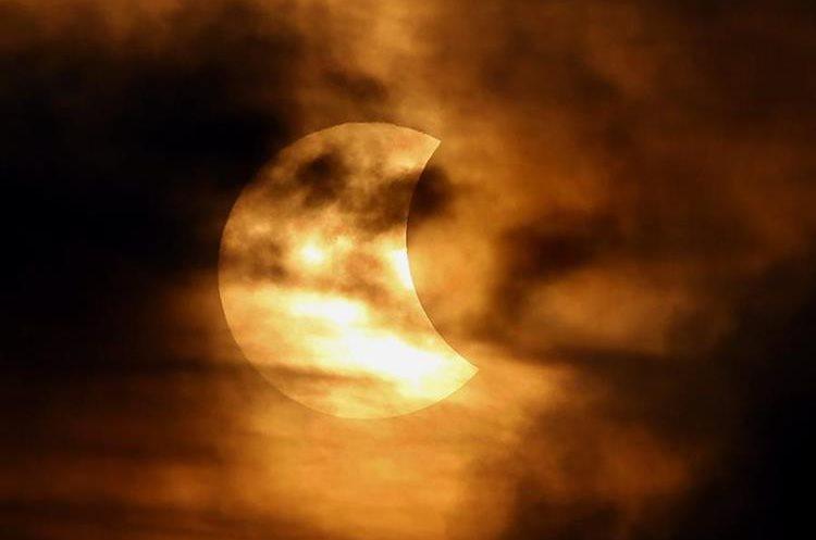 MAK03. BANGKOK (TAILANDIA), 09/03/2016.- Vista de un eclipse parcial de sol en Bangkok (Tailandia) hoy, miércoles 9 de marzo de 2016. EFE/RUNGROJ YONGRIT