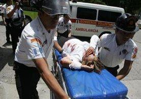 """<p>Socorristas trasladan a una de las mujeres heridas en una balacera en la Avenida Petapa, zona 12. (Foto Prensa Libre: CBV)<br _mce_bogus=""""1""""></p>"""