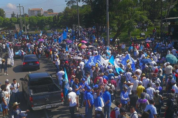 Cientos de personas se encuentran en la Universidad de San Carlos listos para salir.