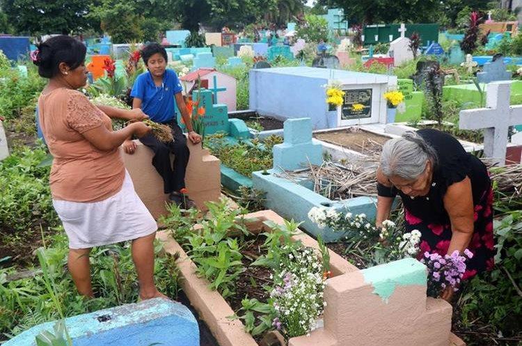 Los retaltecos acuden a los cementerios para recordar a sus seres queridos. (Foto Prensa Libre: Rolando Miranda)
