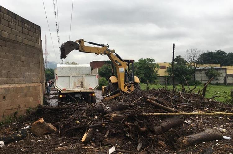 Maquinaria retira troncos en barrio San Joaquín, Esquipulas. (Foto Prensa Libre: Mario Morales)