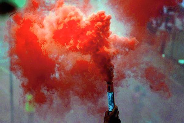 Las bengalas son parte de los festejos en el futbol de Marruecos. (Foto Prensa Libre: Twitter)