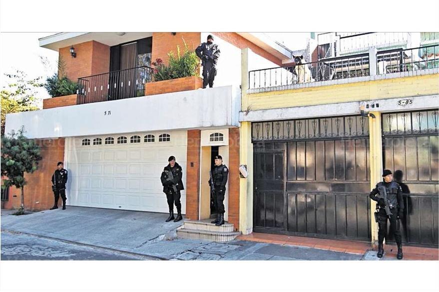 Agentes de la PNC realizan un allanamiento en busca de  de Gloria Torres y sus hijas por lavado de dinero,el 1/12/2011. (Foto: Hemeroteca PL)