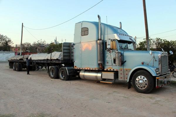 <p>Tráiler transportaba 600 quintales de hierro. (Foto Prensa Libre: Hugo Oliva)</p>