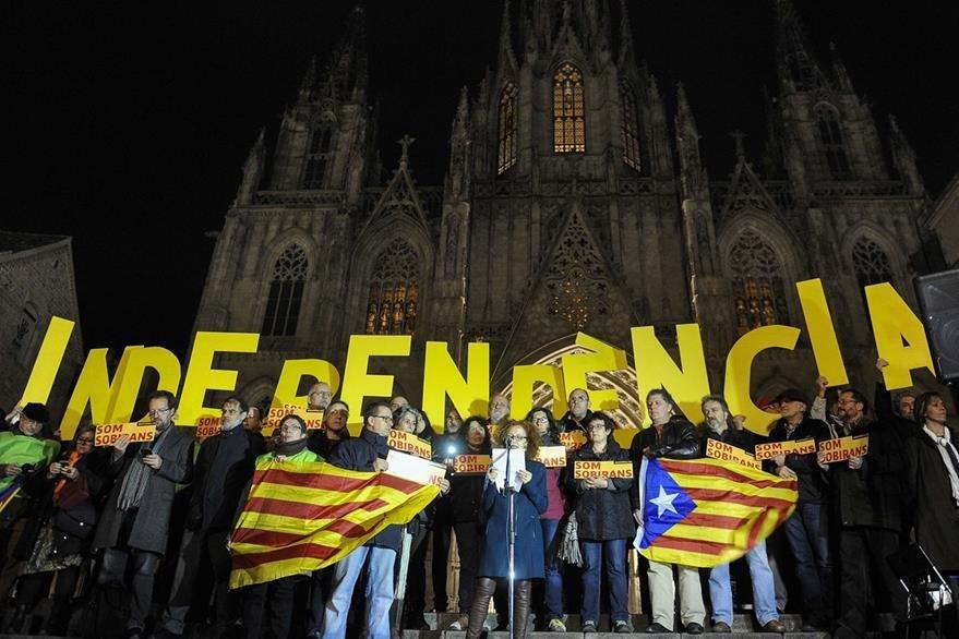 Catalanes marchan en apoyo a una independencia de su región de España. (AFP)