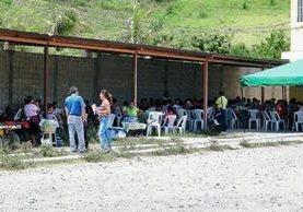Maestros permanecen en la sede de la Dideduc, en Guastatoya. (Foto Prensa Libre: Héctor Contreras)