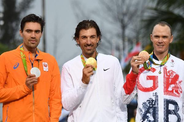 El holandés Tom Dumoulin luce la medalla de plata, Cancellara el oro y Christopher Froome, el bronce, en la contrarreloj. (Foto Prensa Libre: AFP)