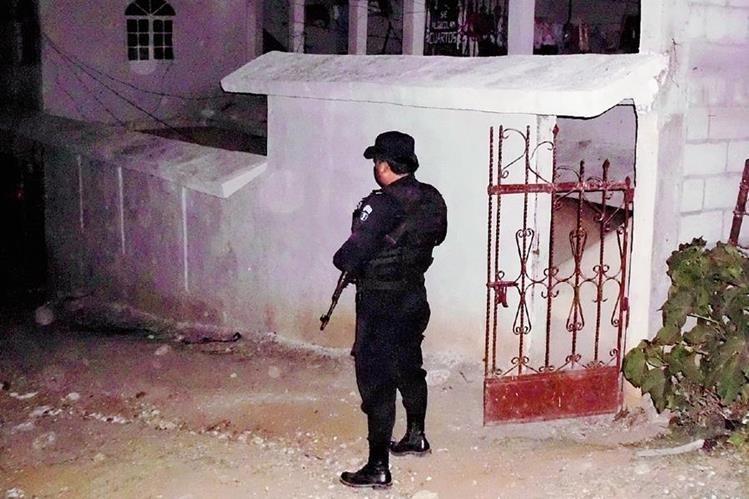 Un agente  de la PNC resguarda lugar donde fue hallado el cuerpo de una mujer, en Sanarate, El Progreso. (Foto: Prensa Libre: Héctor Contreras)