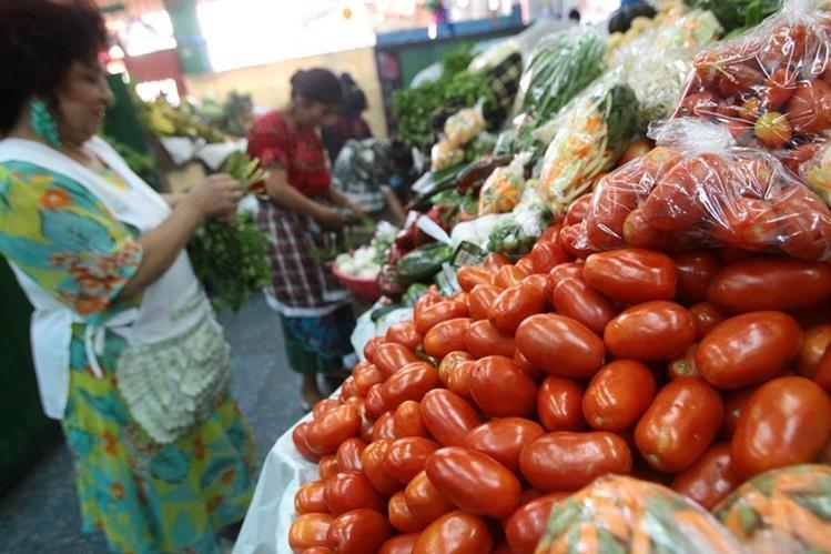 La libra de tomate se cotiza en hasta Q7 en los mercados. (Foto Prensa Libre: Álvaro Interiano)