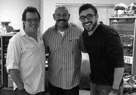Rodolfo Castillo, Óscar D'León y Francisco Paéz en el estudio donde se grabó la nueva versión de Preciosa. (Foto Prensa Libre: Cortesía Malacates)