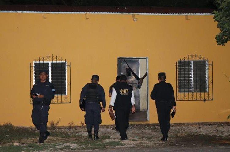 Agentes policiales y técnicos del Ministerio Público, recolectan evidencias. Foto Prensa Libre: Rigoberto Escobar.