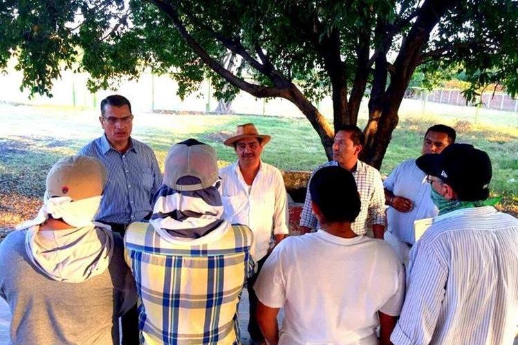 Autoridades de Guerrero (atrás) conversan con vecinos de los municipios de San Miguel Totolapan y Ajuchitlán del Progreso quienes se organizaron para combatir a la banda criminal Los Tequileros. (Foto Prensa Libre: EFE).