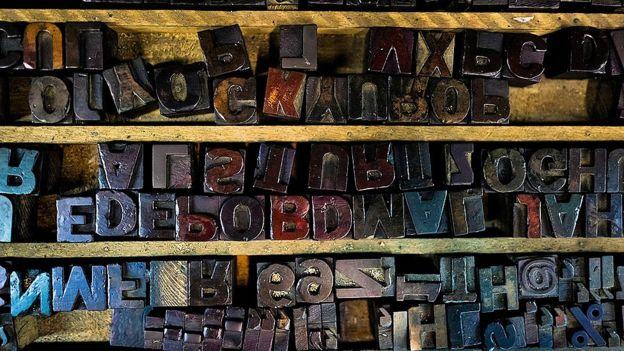 La imprenta tipográfica inventada por Gutenberg siguió siendo la principal forma de imprimir y distribuir información hasta la segunda mitad del siglo XX. Y aún se utiliza en algunos lugares: estas letras son de una imprenta vintage en Cali, Colombia. ISTOCK