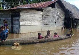 Comunidades del municipio de Las Cruces en Petén se encuentran inundadas. Las personas se deben movilizar en cayucos o lanchas. (Foto, Prensa Libre: Rigoberto Escobar).