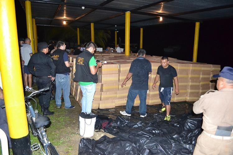 Algunas de las cajas con cigarrillos de contrabando que fueron decomisadas en Puerto Barrios, Izabal. (Foto Prensa Libre: Edwin Perdomo)