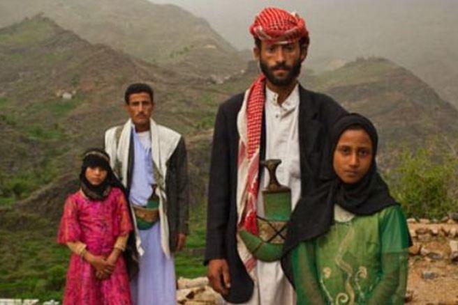 Dos parejas de adultos con sus esposas niñas en Afganistá, lugar donde esa práctica es muy frecuente.