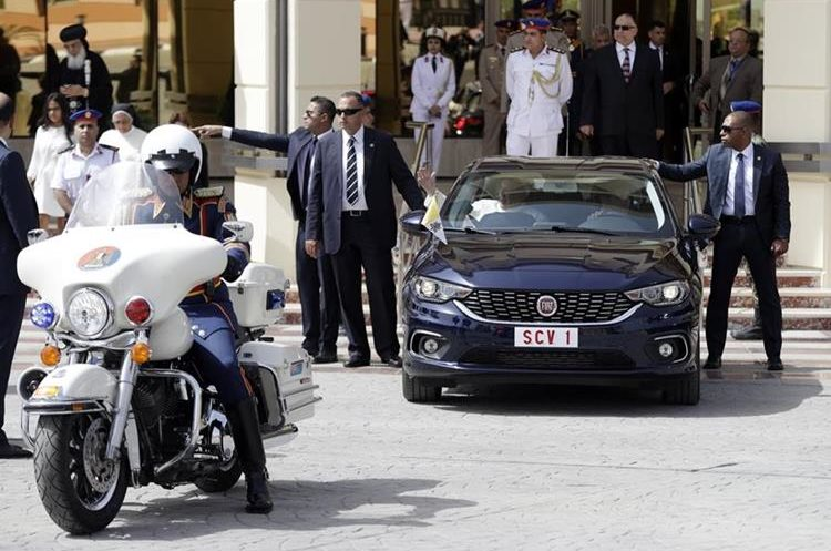 Francisco se desplaza por la capital egipcis. (AP)