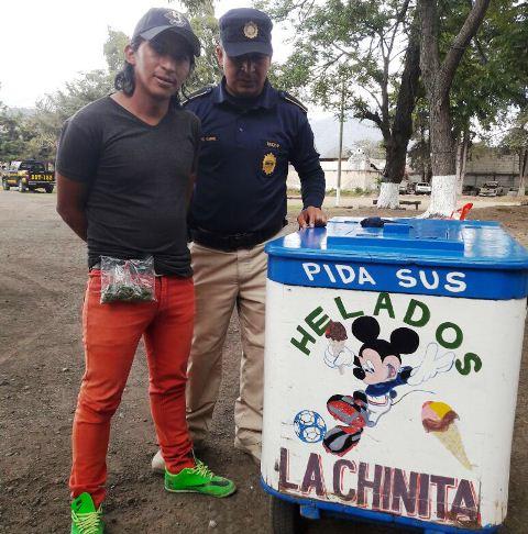 Vendedor de helados es detenido en la Antigua Guatemala por distribuir droga. (Foto Prensa Libre: PNC)