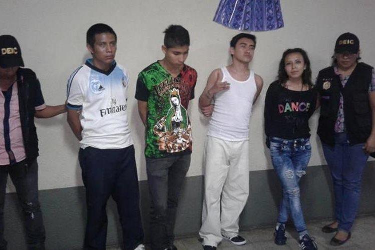 Cuatro de los capturados en Chicacao, Suchitepéquez, sindicados de pertenecer a una banda delincuencial. (Foto Prensa Libre: Melvin J. Popá)