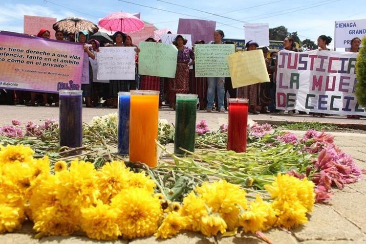 Pobladores de Santa Lucía Utatlán, Sololá, piden justicia contra Osvaldo René Joj, acusado de haber matado a su esposa. (Foto Prensa Libre: Ángel Julajuj).
