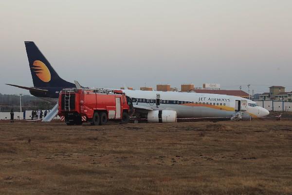 El avión dañado después de que se salió de la pista al momento del despegue.(AFP).