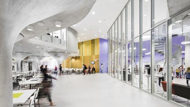 En las nuevas escuelas finlandesas, como esta realizada por Lahdelma & Mahlamäki Architects, las paredes se sustituyen por divisiones de cristal u otras movibles para crear múltiples espacios. KUVATOIMISTO KUVIO OY