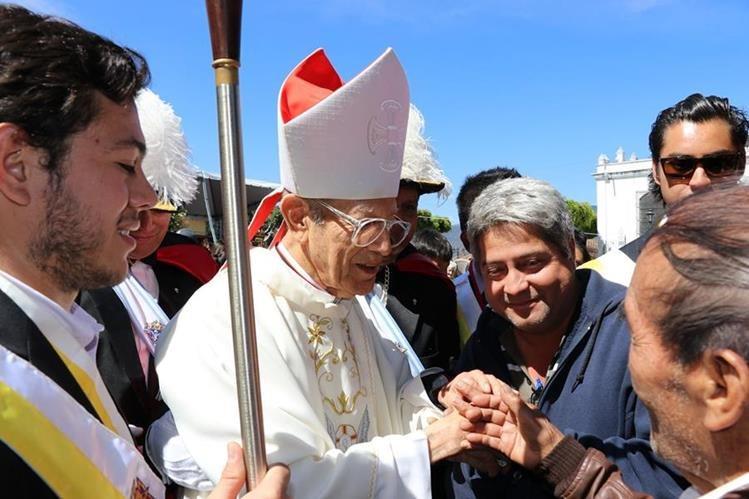 Monseñor Ramiro Pellecer saluda a la feligresía después de la misa. (Foto Prensa Libre: Julio Sicán)