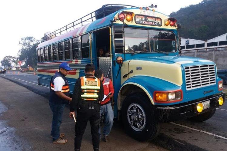 Agentes revisan documentos de un autobús que se dirige de San Juan Comalapa, Chimaltenango a la capital. (Foto Prensa Libre: Renato Melgar)
