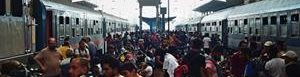 Refugiados en estación de trenes.