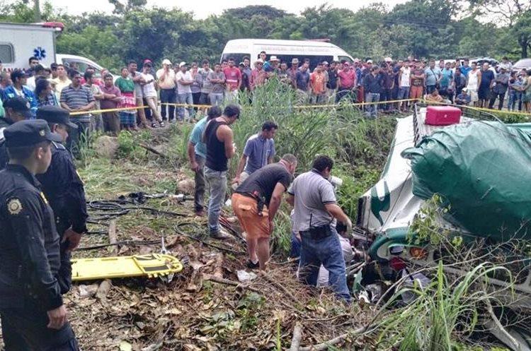 Socorristas trasladan a varios heridos al hospital local de Jutiapa.