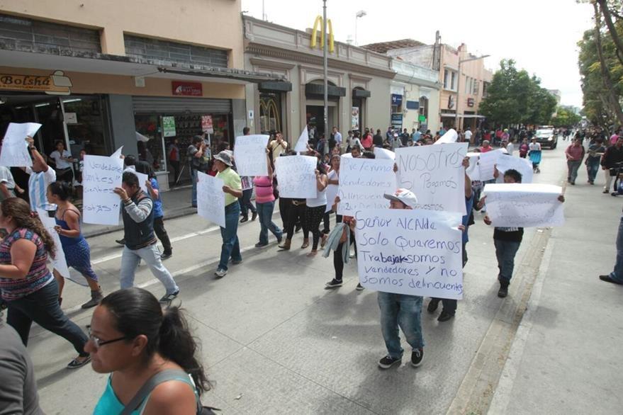 Decenas de vendedores realizan una manifestación pacífica en el Paseo de la Sexta, exigiendo se les permita el comercio en el área. (Foto Prensa Libre: Erick Ávila)