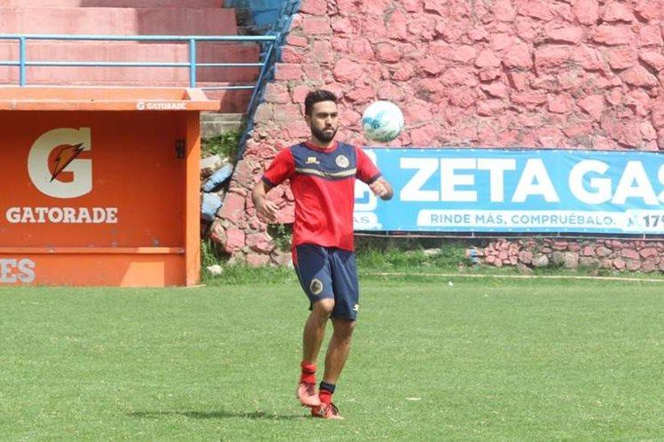 El delantero de Municipal Carlos Kamiani Félix asegura que cada día se siente mejor y espera regresar con goles en la fase por el título. (Foto Prensa Libre: Jorge Ovalle).