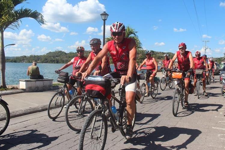 Los ciclistas franceses recorren varios sectores de Ciudad Flores, Petén. (Foto Prensa Libre: Rigoberto Escobar)