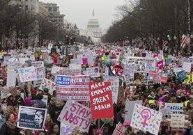 Miles de mujeres se manifiestan contra Trump en la emblemática Avenida Pensilvania, Washington. (Foto Prensa Libre: EFE).