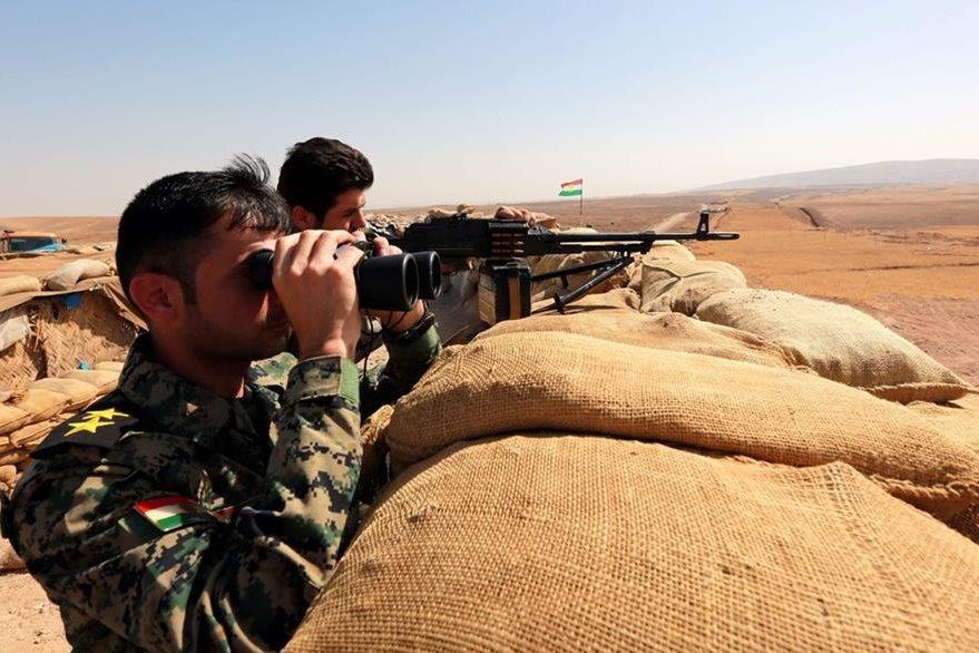 Combatientes curdos vigilan en la zona de Bashiqa, donde se preparan para el ataque final contra el Estado Islámico. (Foto Prensa Libre: EFE).