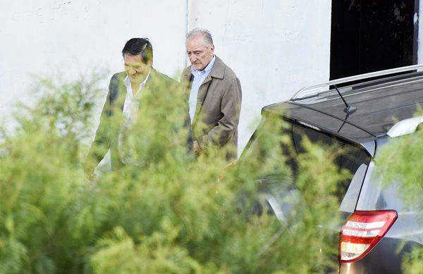 Figueredo es conducido mientras sale del hospital y se dirige a la cárcel. (Foto Prensa Libre: AP).