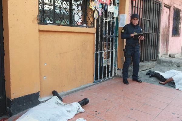 """<p>Un vendedor de una empresa de embutidos, un ayudante y un custodio murieron en un asalto en un sector de la zona 12. (Foto Prensa Libre: Estuardo Paredes)<br _mce_bogus=""""1""""></p>"""