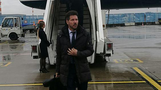 El técnico argentino Diego Simeone desciende del avión del Atlético de Madrid a su llegada este lunes a Alemania. (Foto Prensa Libre: Atlético de Madrid)