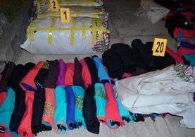 Unos 20  fardos de ropa de contrabando fueron incautados en Santa Cruz Muluá, Retalhuleu. (Foto Prensa Libre: Jorge Tizol)